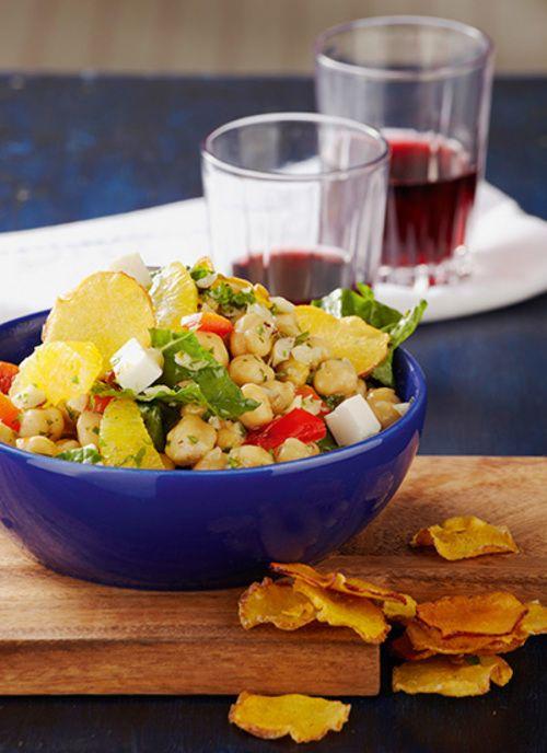 Ensalada de garbanzos con queso feta y chips de durazno Chef: Juanita Umaña Los chips de durazno resultan maravillosos para acompañar cualquier ensalada por la textura crocante y sabor dulce que le aportan.