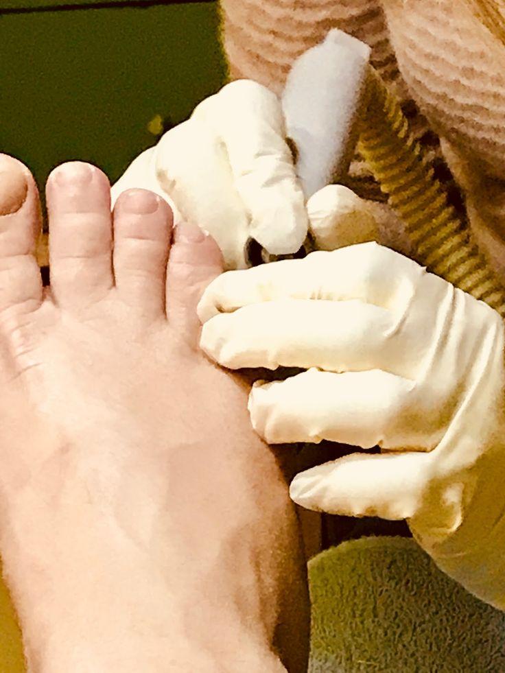 Hallo meine Lieben, bisher habe ich euch nur mit Tipps für schöne Hände und Fingernägel überhäuft. Aber auch unsere Füße und Zehen verdienen unsere besondere Aufmerksamkeit und das gerade im Sommer…