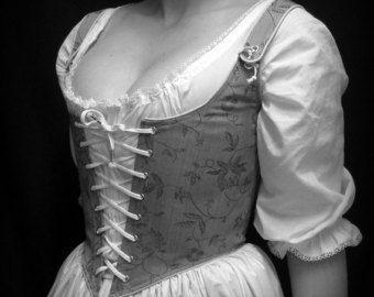 Printemps, été ou automne, il est temps daller à la Renaissance Festival--trouver un faire près de chez vous ! On na jamais trop de corsages à changer votre look de jour tous !  S'IL VOUS PLAÎT FOURNIR VOS MESURES ET CHOIX DE COULEUR DANS LES NOTES À LA CAISSE  Ce corsage corset est constitué de deux couches : un tissu de coton Kona plat, votre choix de couleur, bordée dun coutil de coton à lintérieur. Il lacets vers le haut pour le réglage facile sur le milieu devant et le dos. Il est livré…