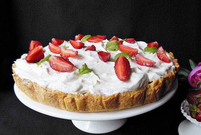 Desert tarta cu fructe si frisca