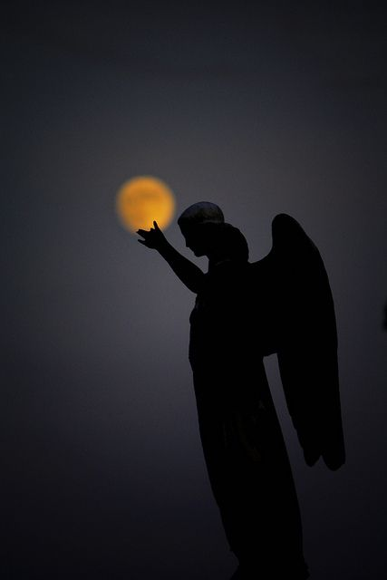 Engel und Mond