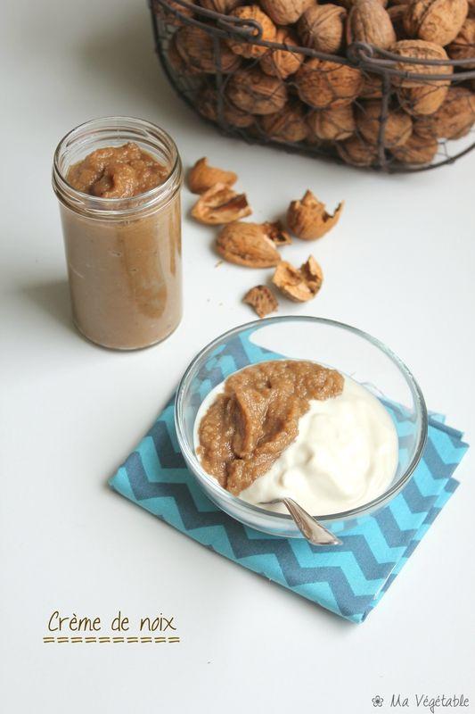 crème de noix 200 g de cerneaux de noix de Grenoble (environ 450 g avec leurs coques) - 160 g de sucre de canne - 1 cuillère à soupe de rhum - 1 cuillère à soupe de vanille liquide (ou les graines d'une gousse de vanille) - Eau