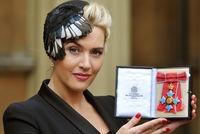 Kate Winslet avec un bibi en plumes de pie créé par Natalie Ellner - Kate Winslet honorée par la reine Elizabeth II - L'EXPRESS
