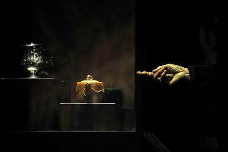 """PEQUIM -. Um homem visita a exposição """"Wine and Tea"""" em uma galeria em Pequim. Um é alcoólatra e outro abstêmio, mas vinho e chá, não são parentes tão remotos em seus rituais e cultivo, de acordo com a exposição recém-inaugurada em Pequim. AFP PHOTO / WANG ZHAO.   Mais informações: http://artdaily.com/index.asp?int_sec=4 [/ url] Direitos de autor © artdaily.org"""