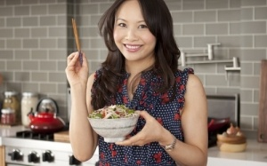 Ching-He Huang is een autodidact en gepassioneerd kok en ambassadeur voor de eenvoudige, gezonde Chinese keuken. Ze heeft de titels 'Ching's snelle Chinese keuken' en 'Ching's take-away' op haar naam staan.