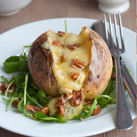 Pommes de terre au four, gratinées au bleu   Recette   Pomme de terre au four, Pomme de terre ...