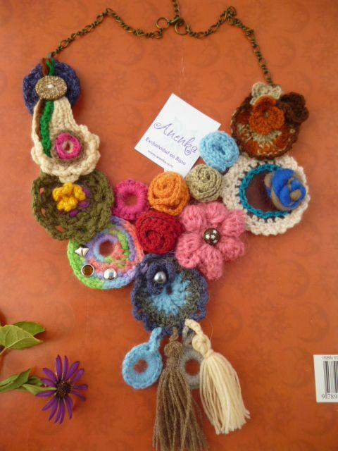Collar babero realizado en crochet como los anteriores, pero es obvio con un cambio de diseño. Totalmente artesanal y realizado en lana, especial para invierno.