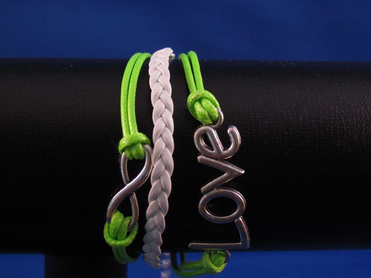 Armband wit-groen met bedel love Artikelnummer: 0668 Prijs: € 4,95