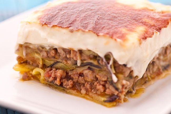 La Moussaka, o sformato di melanzane e carne, è il piatto più conosciuto della cucina tipica Greca, ottima come secondo piatto o piatto unico.