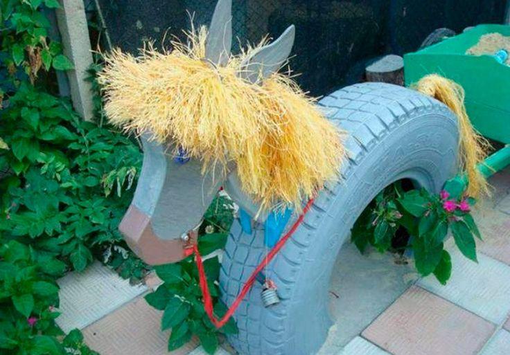 Una decoración original. Corta una llanta al medio y pega sobre uno de sus lados una madera con la forma de la cara de un caballo. Un poco de pintura aquí y allá y... ¡bada bim