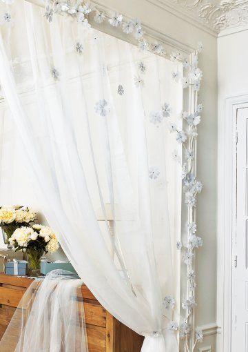 application de fleurs en papier et tissu sur un rideau en organdi marie