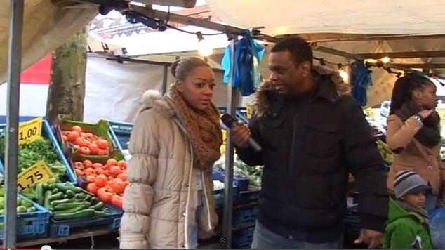 Hubert op zoek naar kandidaten op de markt voor zijn kookprogramma.