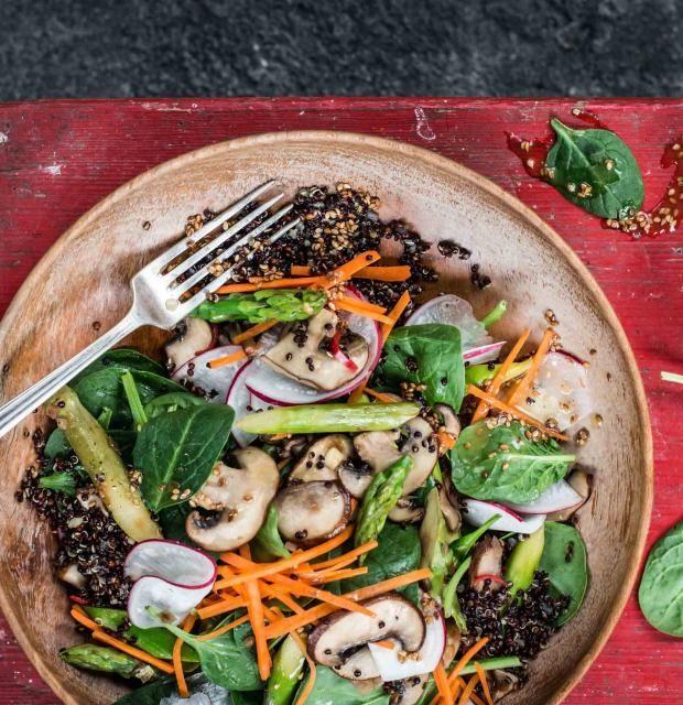 Bei dem Rezept wird selbst der Spargeltarzan kugelrund! Dann der Quinoa-Spargel-Pilzsalat ist so richtig lecker und schreit nach mehr!