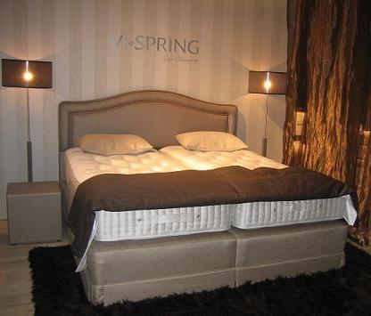Vi-spring boxspring met hoofdbord Artemis Stof: beige Stijlvolle zijden gordijnen, plaid op het voeteneind Beurs presentatie Keulen