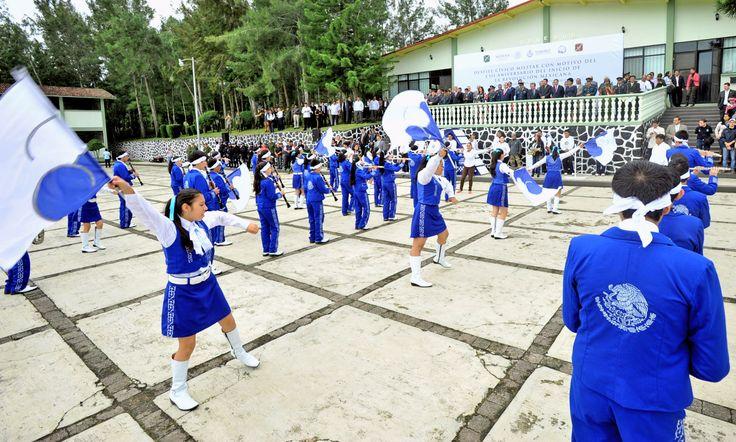 Con vistosos banderines, arribó a la explanada la Escuela Secundaria Julio Zárate, cuyos alumnos vistieron traje de gala color azul; ahí, frente al Ejecutivo estatal, tocaron música alusiva a esta fecha.
