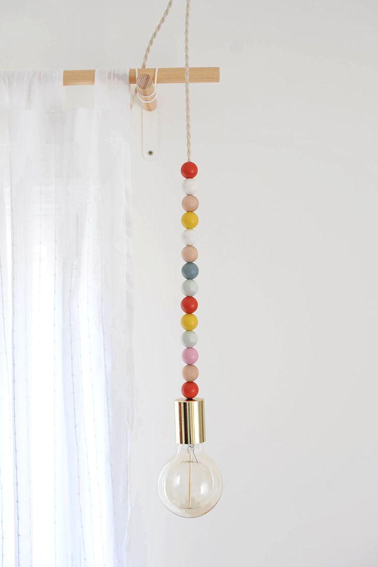 DIY Wooden Bead Pendant Light - A ideia é usar o varão da cortina no banheiro para divisão do box, ornamentando com o pendente que pode ser com contas de madeira.