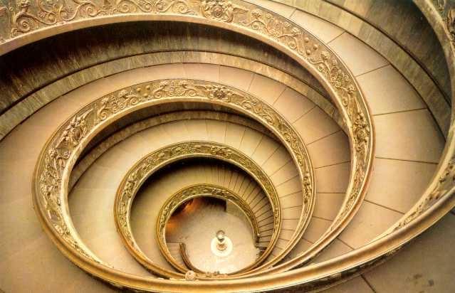 바티칸 박물관의 나선형 입구.  왠지 렘브란트의 그림처럼 저 밑으로 내려가면 조용하고 은은한 공간이 숨겨져 있을 것 같다.