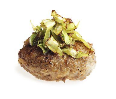 Matklassiker i ny skepnad! Falska kåldolmar är ett lysande recept, enkelt att följa och smaken blir ljuvlig. Servera med kokt potatis, brun sås och lingonsylt.