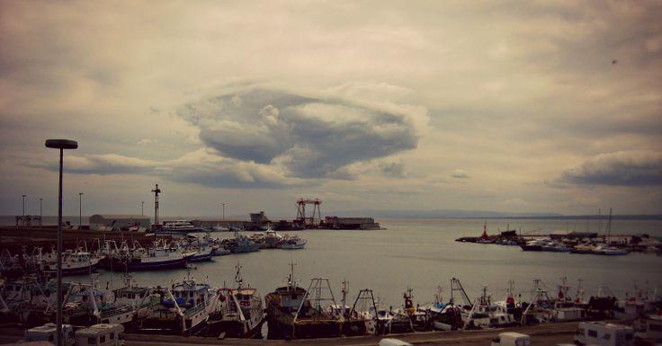 Porto di Termoli e nuvole in lontananza.