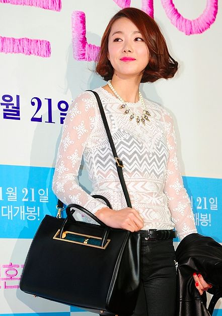 Korean celebrity So Yi-hyun at the premiere of 'Marriage Blue(2013)' with Marja Kurki bag. 스크린샷 2014-06-10 오전 12.03.43