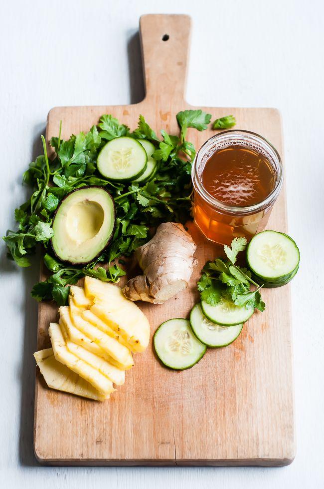 Detox Smoothie   Thé vert 1 tasse frais 1 tasse de concombre 1 tasse d'ananas jus de 1 citron 1 cuillère à soupe de gingembre frais, râpé  ½ avocat