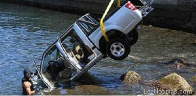 Estaba haciendo su examen para la licencia de conducir.... y terminó en el mar (con carro y todo) - http://www.leanoticias.com/2011/11/23/mujer-terminar-el-examen-de-conducir-en-el-mar-con-todo-y-carro/