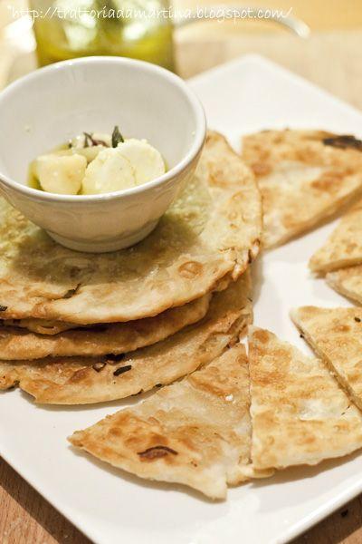 Pancake salati alla cipolla. Questa preparazione a metà strada tra la frittella e la schiacciatina ha solo il nome del pancake. Per il resto è molto più simile ai naan indiani. Da provare anche perché è rapidissima da realizzare.