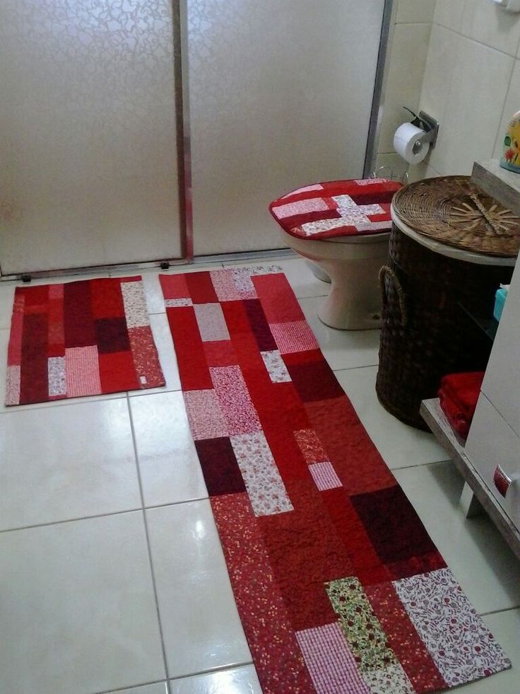 O banheiro da cliente é todo branco, assim, me deu a possibilidade de fazer um jogo em tons de vermelho, com tapetes na medida que ela me pa...