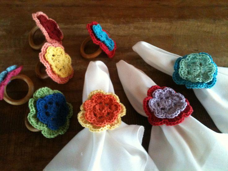 Porta guardanapo todo em croche, ou com argola de madeira e flor de croche, outros modelos e diversas cores.
