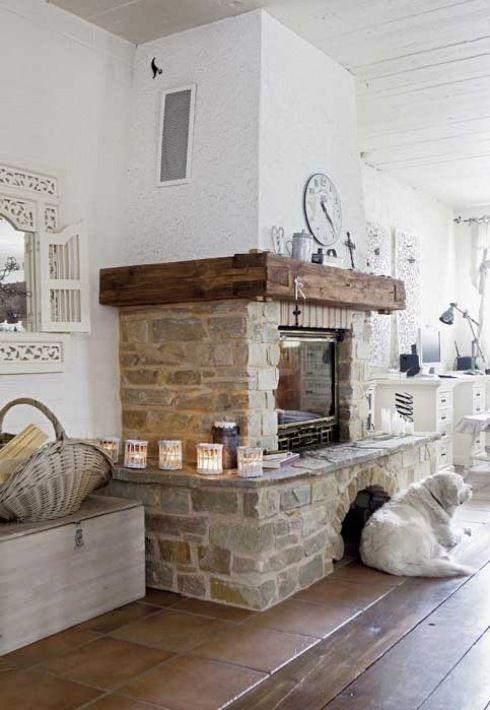 tradycyjny kominek w kamieniu z drewnianą belką