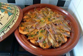 Recept voor tajine met ansjovis en zoete aardappel. Ik heb eerst de ansjovis schoon gemaakt. Helemaal onderaan heb een stappenplan hoe je dit doet. Ik zal bij de foto de uitleg plaatsen. Nadat je vis schoon is schil je de zoete aardappels en snij dez