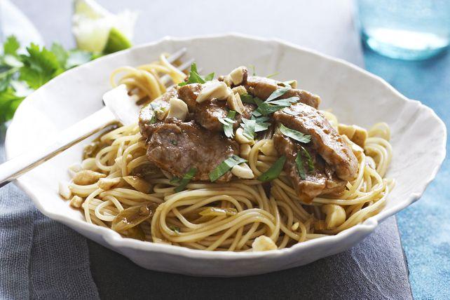 Pour vous simplifier la tâche, nous avons utilisé des pâtes italiennes dans cette recette d'inspiration asiatique. Vous pouvez toutefois les remplacer par des vermicelles de riz ou des nouilles udon. Accompagnées de porc sauté, d'oignon vert, d'arachides et de coriandre, les pâtes ou les nouilles composent un repas asiatique facile et vite fait.