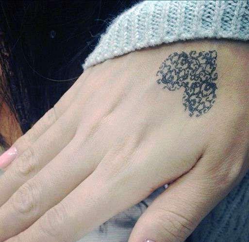 tatuaż serce na dłoni