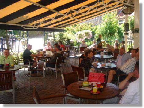 Genieten op de terrasjes langs de vele fietsroutes die Hartje Limburg rijk is.