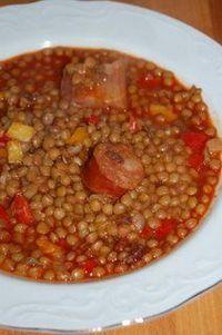 """Guiso de lentejas !!!! Esto es para """"levantar a un muerto"""" en el frío del invierno ... lentejas, chorizo colorado ( o blanco), panceta, cebolla, ají, papitas ( o no ), batatitas ( o no ), un poco de salsa de tomate, algo de caldo, bien condimentado , picantón .... Ay, Dios !!!!!"""