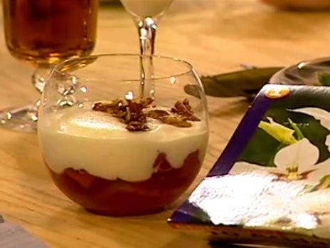 Vaniljkokta rabarber med äggtoddy och mandelkaka | Recept.nu