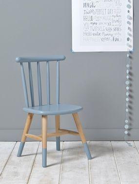 Für Kleider, zum Lesen oder um am Tisch zu sitzen. Der Schreibtisch-Stuhl im aktuellen Stil im Kinderzimmer holt seine Inspiration aus Skandinavien. Details Größe: 0,5x30,5x160 cm. Lieferung montiert.Dazu passender kleiner Tisch ebenfalls bei Cyrillus.de erhältlich.MaterialHolz: Sitzfläche und Rückenlehne, Birkenholz. Beine: Buchenholz, massiv.;