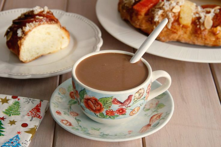 ¡Buenos días!, hoy nos hemos levantado bien prontito para abrir los regalos y para desayunar chocolate caliente con roscón, ¡¡¡qué bueno!!!, es el mejor desayuno. Es curioso que cuando hay que despert
