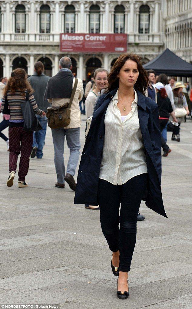 Chic w mieście: Felicity na sobie długi płaszcz nad czarne dżinsy, jak ona dumnie przez miasto