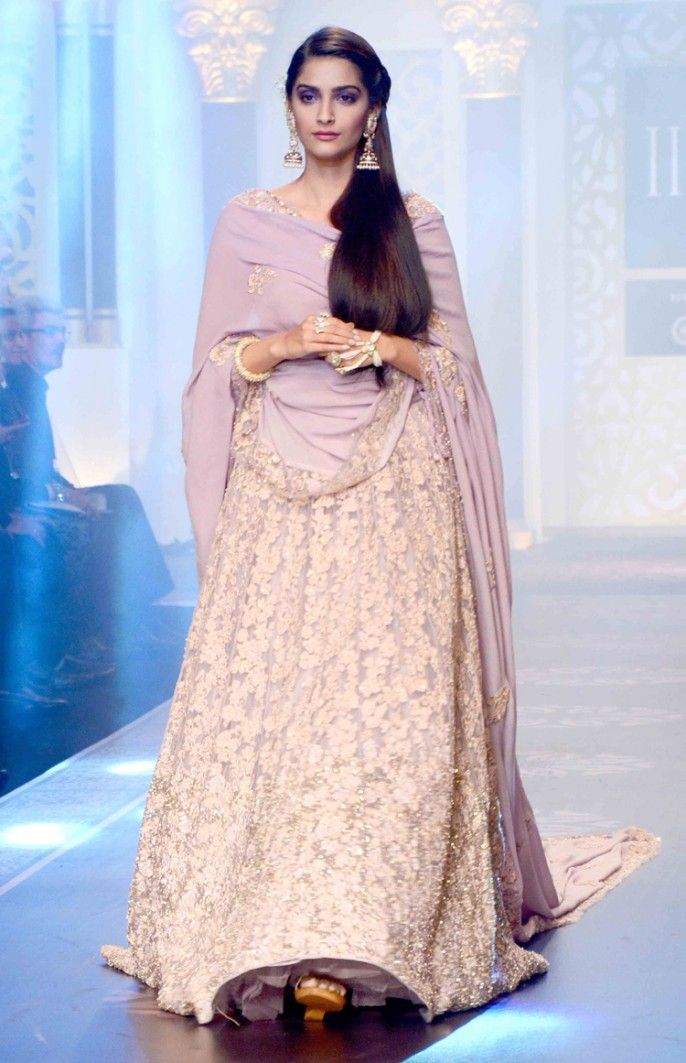 Sonam Kapoor walked the ramp for the IIJW 2015 finale wearing lavender Shyamal and Bhumika lehenga.