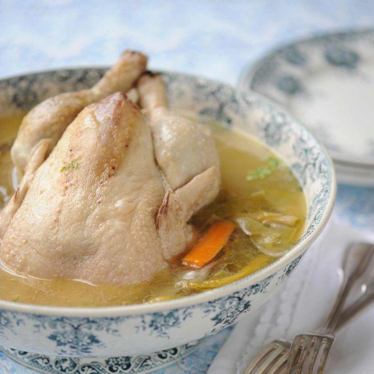 Découvrez la recette Poule au pot aux petits légumes sur cuisineactuelle.fr.