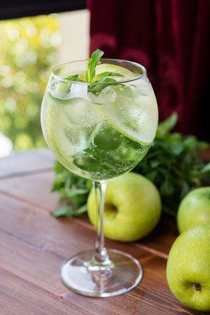 Sparkling Times ahead - Sommerdrink Rezept Idee mit Apfel, französischer Cidre und Minze. Für ein paar schöne Stunden in Vorfreude auf den nächsten Urlaub.