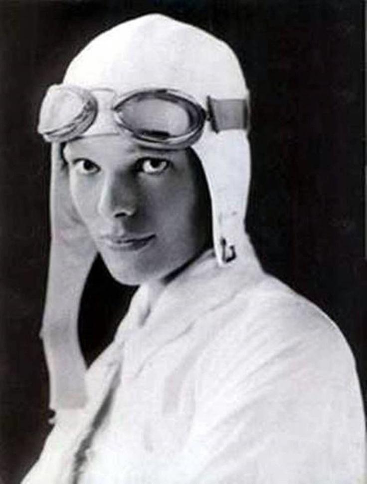 Amelia Earhart (Kansas, 1897 – desaparecida en el océano Pacífico, 2 de julio de 1937).