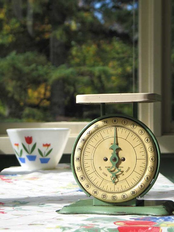 A perfect find for any country kitchen, this is a Vintage Pelouze Family Kitchen Scale Deluxe. This great Scales was Manufactured in Chicago by the