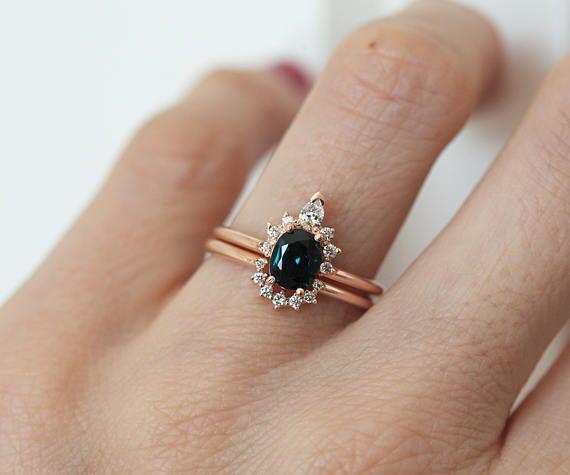Mooie handgemaakte teal blauw - groene saffier ring met sprankelende diamant kroon. Vrouwelijk en uniek. Prijs is voor alleen saffier ring. Met deze diamanten bruiloft band die hieraan https://www.etsy.com/listing/249470194/diamond-crown-ring-diamond-stacking-ring?ref=shop_home_active_12 Productdetails Edelsteen: teal blauwe saffier 1.10 karaat Kwaliteit: VS duidelijkheid Behandeling: geen. Vorm: ovaal Diamanten: VS duidelijkheid, G kleur, niet conflict, totale...