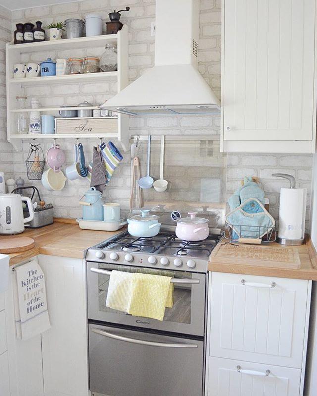"""Dzień dobry! Chodźcie na bloga (sistersabout.blogspot.com). Właśnie pojawił sie drugi wpis z cyklu """"Mieszkanie przyjaciół"""". Przygotujcie sie na potężna relacje, bo mamy dla Was zdjęcia z salonu, kuchni, sypialni, łazienki, wc i pokoju gościnnego. Dom Sabiny 💛#iblaursen #ikeapolska #ikea #scandinavian #nordic #interiordesign #pastels #whitekitchen #mieszkanieprzyjaciol"""