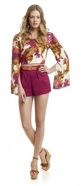blusa cropped com mangas compridas com fendas estampado floral e shorts com pregas sandalia anabela
