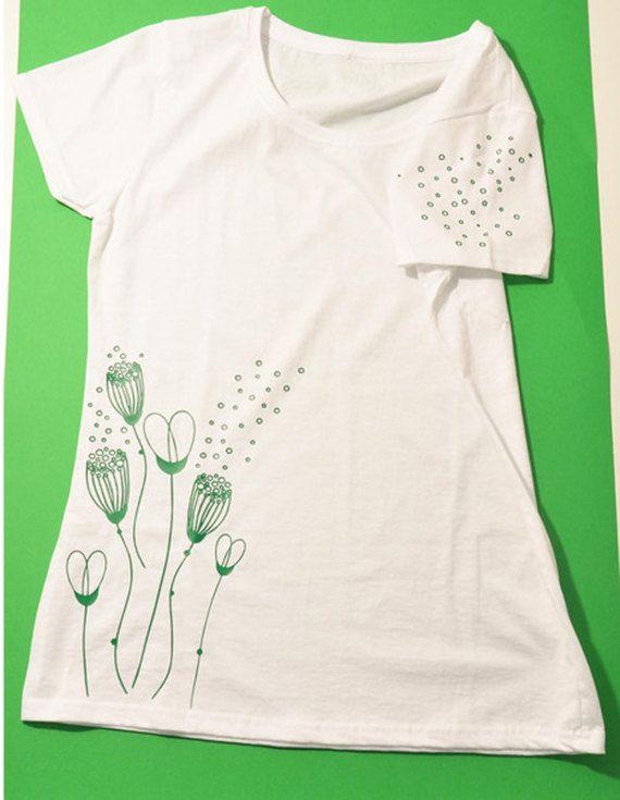 maglia puro cotone con stampa in termosaldato di fiori stilizzati, con decorazione anche sulla manica sinistra