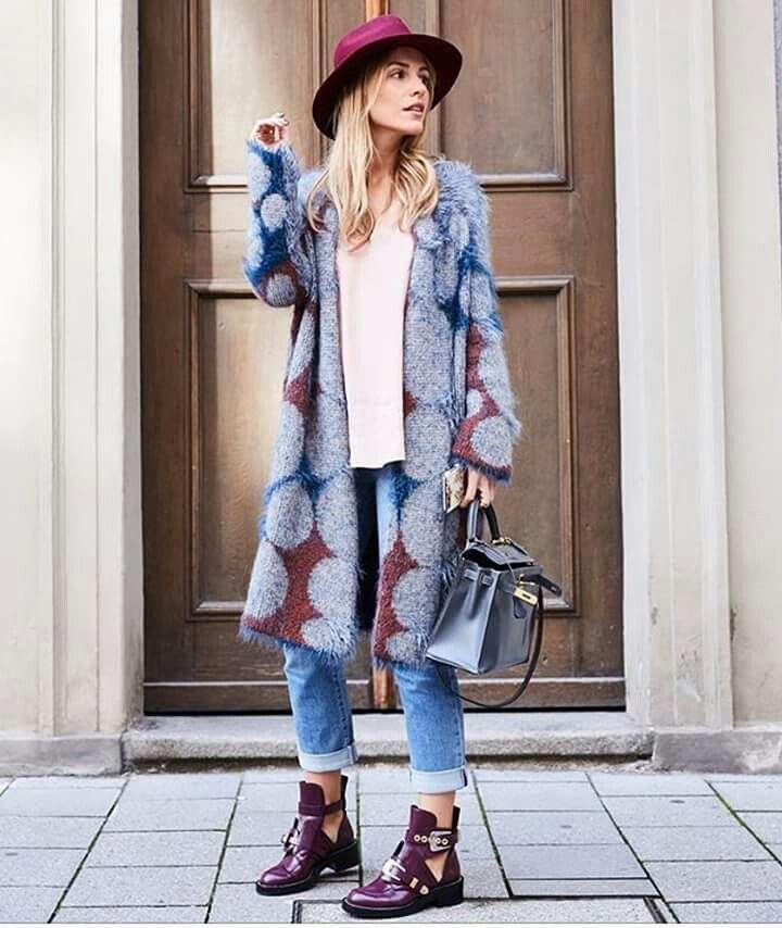 richiami seventies per la maxi fantasia a cerchi nei toni del grigio, del blu e del ruggine. la Blogger viktoria rader sceglie il cappotto in maglia e lo reinterpreta in un look da giorno, da indossare con il denim e dettagli casual-chic. #stefanel #stefanelvigevano #vigevano #lomellina #piazzaducale #stile #moda #trendy #shopping #negozio #shop #foto #instalook #instafoto #outfitoftheday #outfits #looks #models #lana #wool #fallwinter2016 #coats