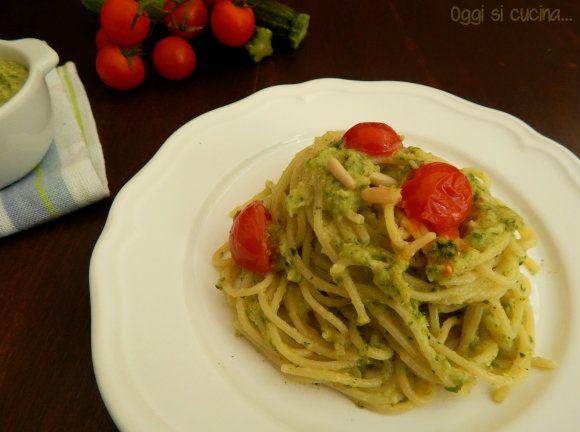 Spaghetti con pesto di zucchine e pomodorini